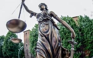 La statua della giustizia, in studio, davanti al Castello di Binasco