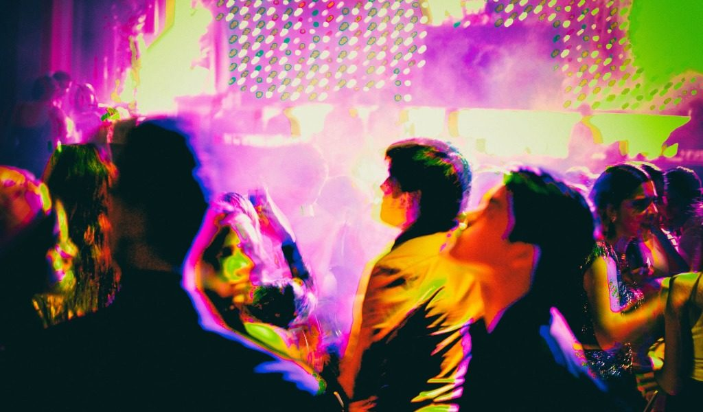 Pavimento bagnato in discoteca: se il cliente cade, il locale risarcisce
