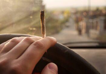 Fumare una canna e mettersi alla guida non è reato